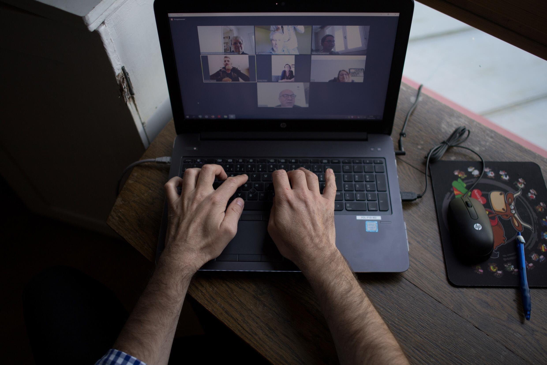 Un homme, en télétravail chez lui, participe à une visioconférence, le 14 mai 2020 à Vertou, près de Nantes