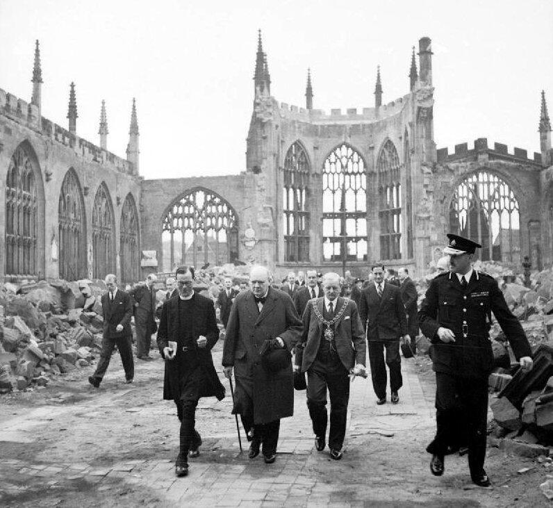 Le Premier ministre Winston Churchill parcourant les ruines de la cathédrale de Coventry en septembre 1940.