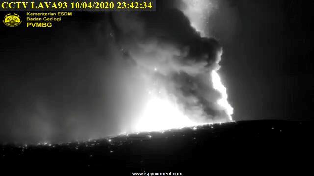 Imagen del volcan Anak Krakatau durante su erupción del viernes, 10 de abril. Lampung, Indonesia.