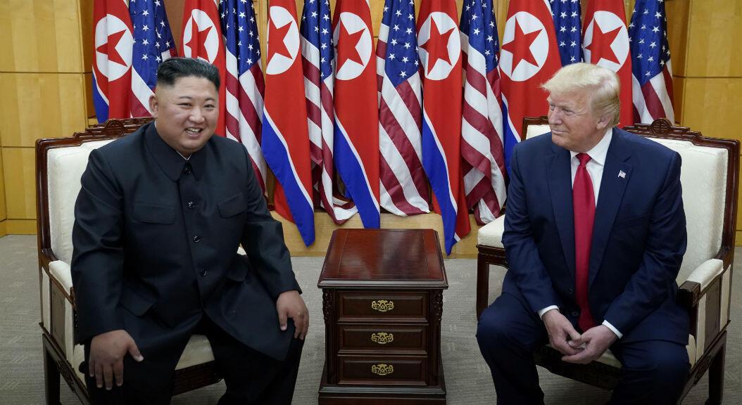 El presidente de Estados Unidos, Donald Trump, y el líder de Corea del Norte, Kim Jong Un, hablan ante la prensa, durante su tercer encuentro, el 30 de junio de 2019. Esta vez en la zona desmilitarizada entre las dos Coreas.