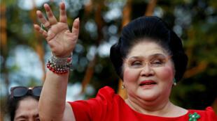 La exprimera dama y congresista de Filipinas, Imelda Marcos, saluda a sus simpatizantes cuando participa en el anuncio de la candidatura a la vicepresidencia de su hijo BongBong Marcos, en Manila, Filipinas, el 10 de octubre de 2015.