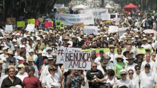 Ciudadanos asisten a una marcha contra el gobierno del presidente de México, Andrés Manuel López Obrador, en la Ciudad de México.