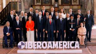 Los líderes de Iberoamérica posan para la foto oficial de la XXVI Cumbre Iberoamericana en Antigua Guatemala el 16 de noviembre de 2018.