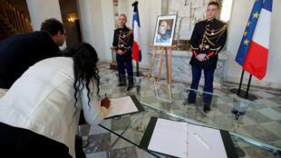Ciudadanos firman el libro de condolencias en homenaje al fallecido expresidente francés Jacques Chirac en el Palacio del Elíseo, en París, el 27 de septiembre de 2019.
