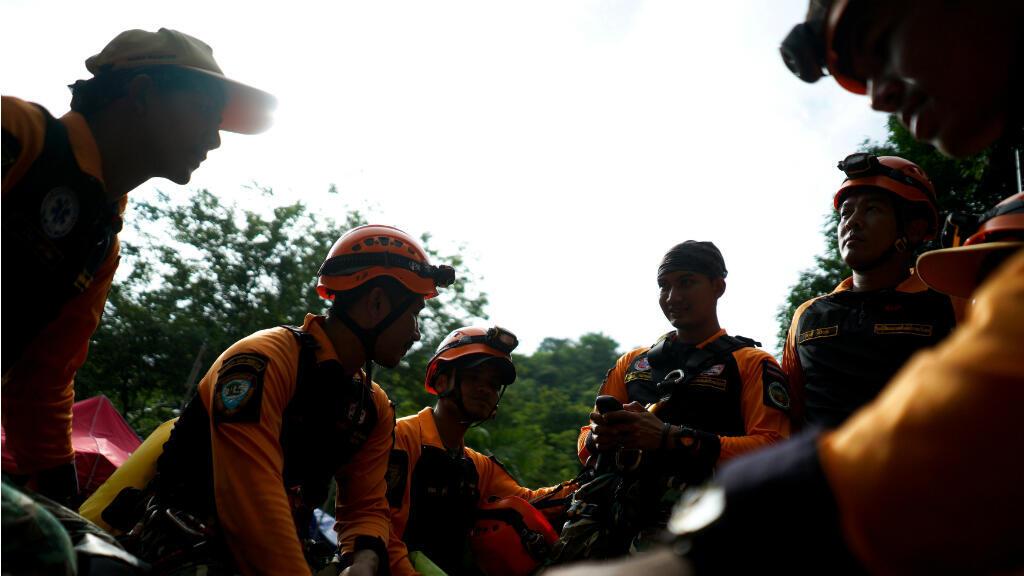 Los trabajadores de rescate en el área de la cueva Tham Luang mientras continúan las operaciones de los 12 niños y su entrenador atrapado en la cueva del Parque Khun Nam Nang Non Forest en el distrito Mae Sai de la provincia de Chiang Rai. 6 de julio, 2018.