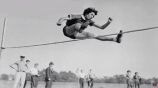 Gretel Bergmann, en plein entraînement préparatoire aux Jeux olympiques de Berlin, en 1936.
