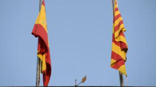 Les drapeaux espagnol et catalan au sommet du siège de la Généralité, l'éxécutif catalan, à Barcelone.