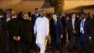 الرئيس البوركيني مستقبلا الرئيس الفرنسي في واغادوغو 27 تشرين الثاني/نوفمبر 2017