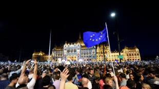 عشرات الآلاف من المجريين يتظاهرون في بودابست ضد انتخاب أوربان 14 نيسان/أبريل 2018.