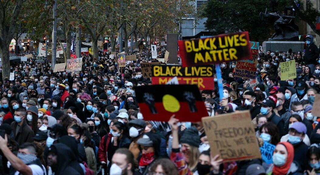 Cientos de personas marchan en solidaridad con la comunidad afrodescendiente en el mundo y por el fin del maltrato hacia los australianos indígenas, en Brisbane, Australia, el  de junio de 2020.