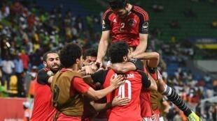 لاعبو المنتخب المصري يحتفلون بهدف الفوز على أوغندا