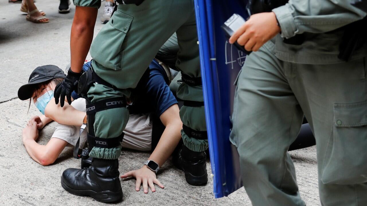 Una persona es detenida por agentes de la policía antidisturbios durante una marcha contra la ley de seguridad nacional en el aniversario de la entrega de Hong Kong a China. Hong Kong, el 1 de julio de 2020.