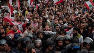 متظاهرون لبنانيون وسط العاصمة بيروت. 24 أكتوبر/ تشرين الأول
