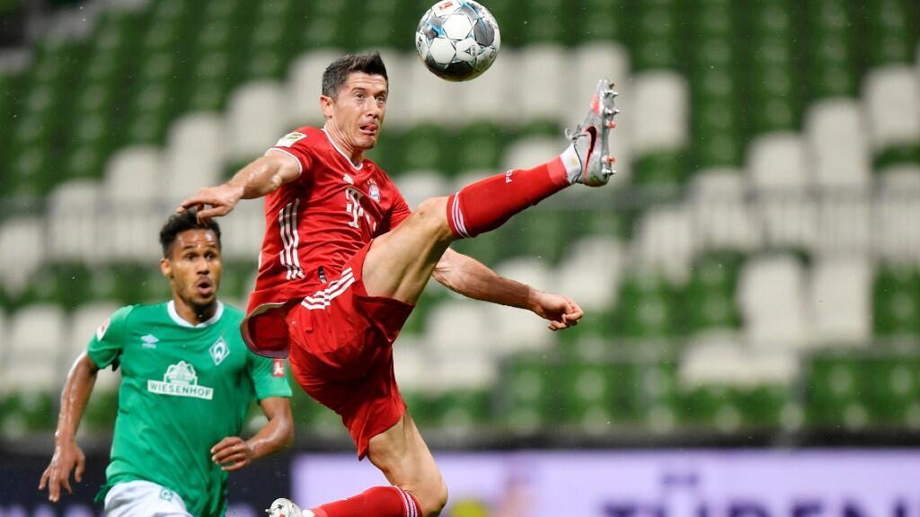 En esta acción, el delantero polaco Robert Lewandowski  salta para controlar el balón en un momento del partido. Lewandowski fue el autor del solitario gol que le valió al Bayern para alzarse con la Bundesliga. En Bremen, Alemania, 16 de junio de 2020.
