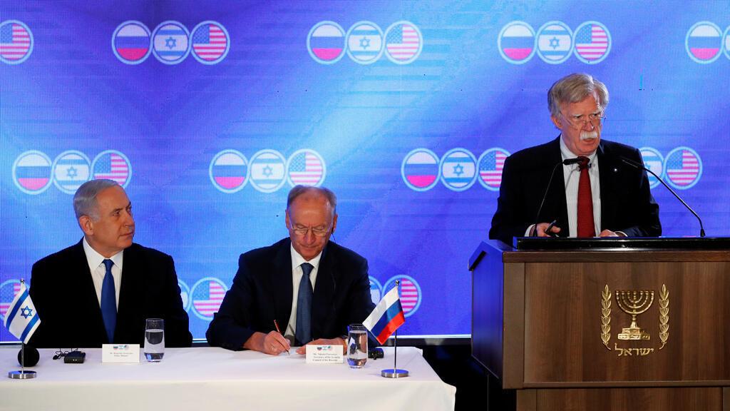 El primer ministro de Israel Benjamin Netanyahu y el secretario del Consejo de Seguridad de Rusia Nikolái Pátrushev escuchan al asesor de seguridad de EE. UU. durante la apertura de la reunión tripartita en Jerusalén el 25 de junio de 2019.