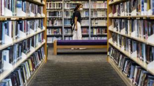 امرأة في مكتبة عامة في هونغ كونغ في 4 تموز/يوليو 2020