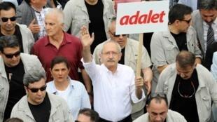 زعيم حزب الشعب الجمهوري المعارض كمال كيليتشدار أوغلو يشارك في مسيرة في أنقرة
