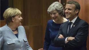 المستشارة الألمانية أنغيلا ميركل ورئيسة الوزراء البريطانية تيريزا ماي والرئيس الفرنسي إيمانويل ماكرون عند وصولهم إلى بروكسل في 19 تشرين الأول/أكتوبر 2017