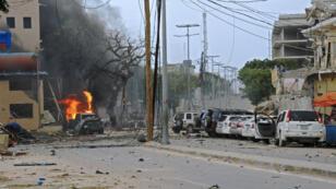 De la fumée noire se dégage après l'explosion d'une voiture piégée en face de l'hôtel Naasa Hablood, à Mogadiscio, le 25 juin 2016.