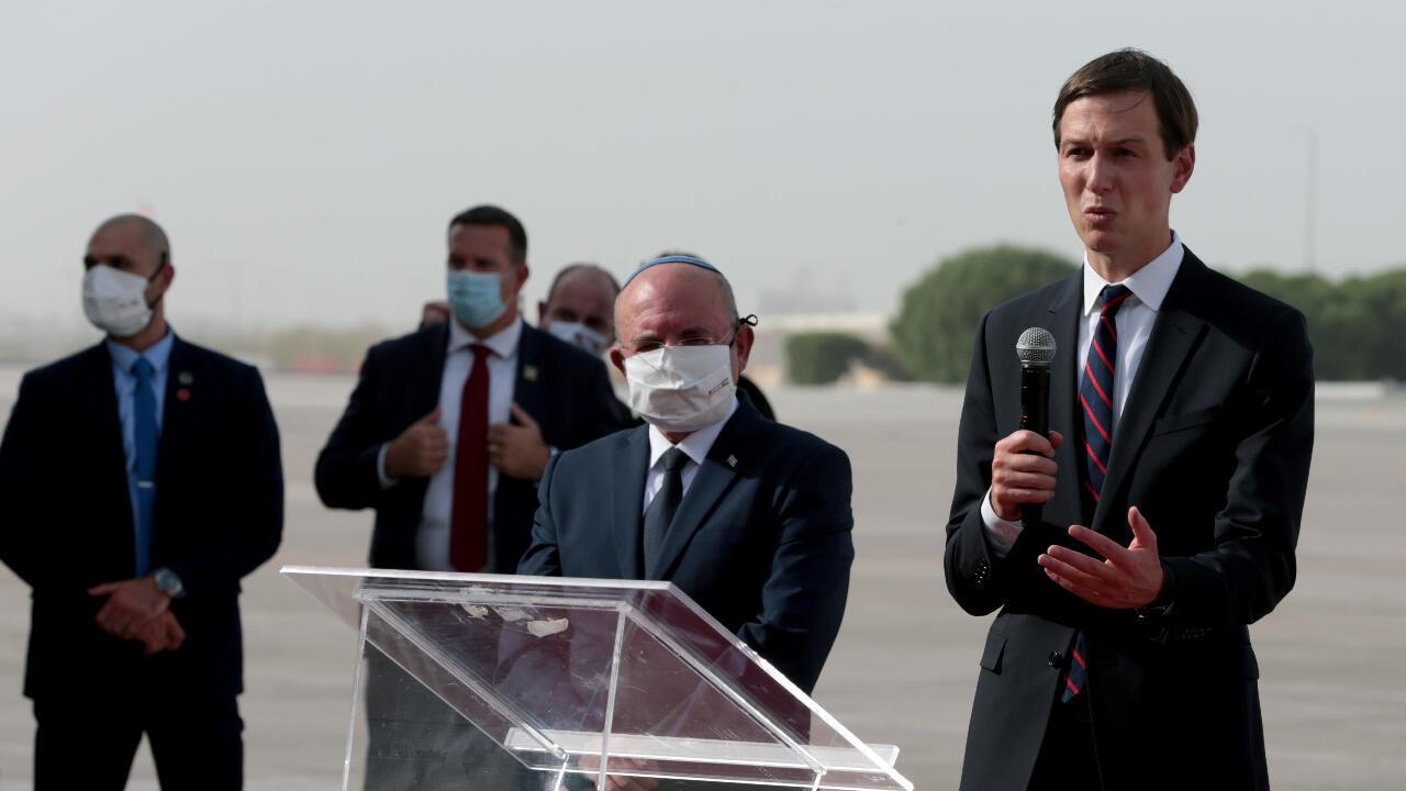 El yerno y asesor del presidente estadounidense Donald Trump, Jared Kushner se dirije a la prensa luego de aterrizar en Abu Dhabi, Emiratos Árabes Unidos, el 31 de agosto de 2020.