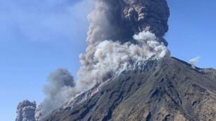 El humo se eleva desde el volcán Stromboli en la isla italiana del mismo nombre, visto desde un helicóptero de la Policía Estatal.