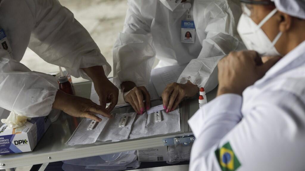 Los trabajadores de salud realizan pruebas para la enfermedad por coronavirus (COVID-19) para los taxistas en el sistema de conducción en el Sambódromo de Río de Janeiro, Brasil, 15 de junio de 2020.
