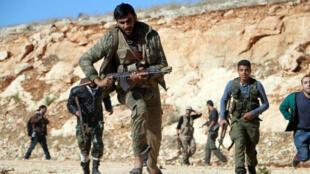Des rebelles combattant l'armée du régime syrien, le 20 octobre 2014, dans le nord d'Alep.