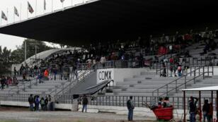 Migrantes descansan en las gradas de un estadio deportivo utilizado como refugio en Ciudad de México, el 4 de noviembre de 2018.