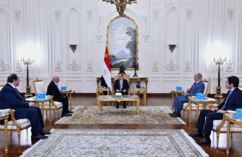 صورة نشرتها الرئاسة المصرية في 14 أيلول/سبتمبر 2021 عن لقاء الرئيس المصري عبد الفتاح السيسي (وسط الصورة) مع القائد العسكري الليبي القوي خليفة حفتر (الثاني إلى اليمين) ورئيس البرلمان الليبي عقيلة صالح (الثاني إلى اليسار) في القاهرة
