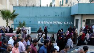 Des employés palestiniens de l'UNRWA protestent contre les suppressions d'emplois à Gaza, le 19 septembre 2018.