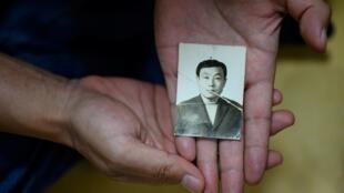 جونغ هو-هوا تعرض صورة والدها جونغ كي-يونغ الذي فقد في قمع انتفاضة غوانغجو في كوريا الجنوبية