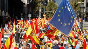 Manifestantes protestan en Barcelona pidiendo la unidad de España.