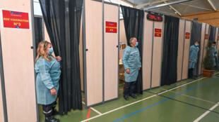عناصر إطفاء يستعدون لتلقيح أشخاص في مركز تابع لجهاز الإطفال تم تحويله إلى مركز تلقيح قرب مونبيلييه في جنوب فرنسا في 8 نيسان/أبريل 2021
