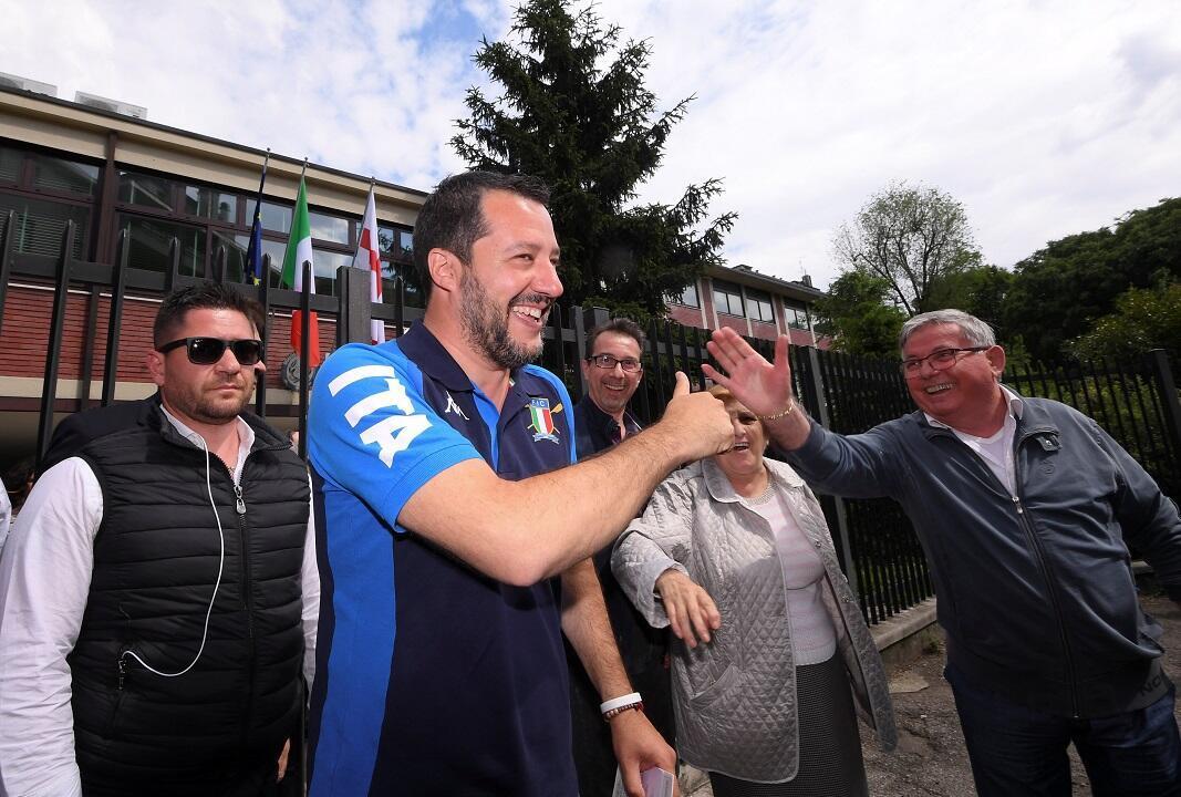 Líder del partido de la Liga de extrema derecha de Italia, Matteo Salvini, saluda a un partidario luego de votar en las elecciones al Parlamento Europeo en Milán, Italia, el 26 de mayo de 2019.