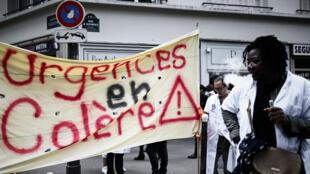 Des personnels des urgences manifestent à Paris le 11 juin, près du ministère de la Santé.