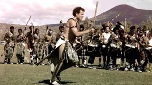 Le musicien sud-africain Johnny Clegg en tenue traditionnelle zoulou lors de son mariage le 27 mars 1989, à Keate's Drift.