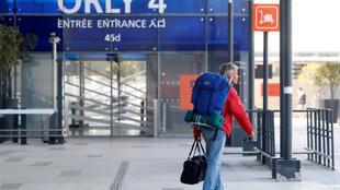 حركة المسافرين في مطار أورلي الباريسي باتت شبه منعدمة.