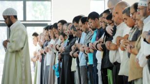 """Fidèles de la """"Grande Mosquée"""" à Villeneuve-d'Ascq, le 1er août 2011."""