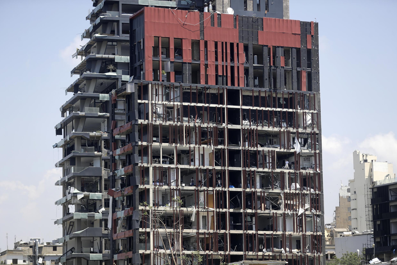 مبنى سكني مدمر بشكل شبه كامل.