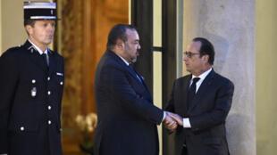 François Hollande et le roi du Maroc Mohammed VI sur le perron de l'Élysée, le 20 novembre 2015.