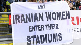 """Une bannière """"Laissez les femmes entrer dans les stades"""" lors du match amical Suède-Iran (2015)."""