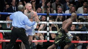 L'arbitre arrête le combat entre Floyd Mayweather et Conor McGregor, samedi 26 août à Las Vegas aux États-Unis.