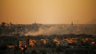 دخان يتصاعد فوق مدينة درعا في جنوب سوريا بعد غارات لقوات النظام السوري في 26 حزيران/يونيو 2018