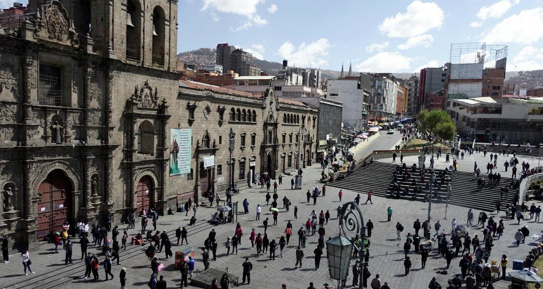 La gente camina en la Plaza San Francisco en el primer día de alivio en la cuarentena nacional. La Paz, Bolivia, el 1 de junio de 2020.