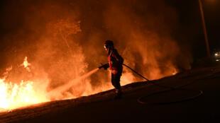 Un pompier combat le feu, lundi 16 octobre 2017, à Cabanoes au Portugal.