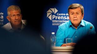 Pablo Beltrán (R), representante de la delegación del Ejército de Liberación Nacional (ELN), y el negociador del ELN Aureliano Carbonell celebraron una conferencia de prensa en La Habana, Cuba, el 2 de agosto de 2018.