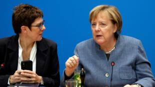 Angela Merkel (derecha) discute con la secreatria de la CDU y aspirante a la jefatura de la organización Annegret Kramp-Karrenbauer durante la reunión celebrada en Berlín el 4 de noviembre de 2018.