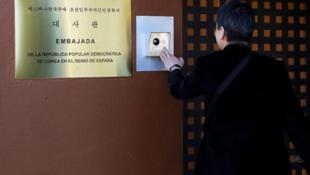 Un journaliste sud-coréen devant l'ambassade de Corée du Nord à Madrid, en Espagne le 28 février 2019