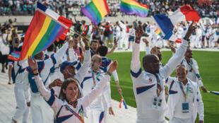 Los participantes del equipo francés marchan al campo durante la ceremonia de apertura de la edición Gay Games 2018 en el Estadio Jean Bouin en París, el 4 de agosto de 2018.