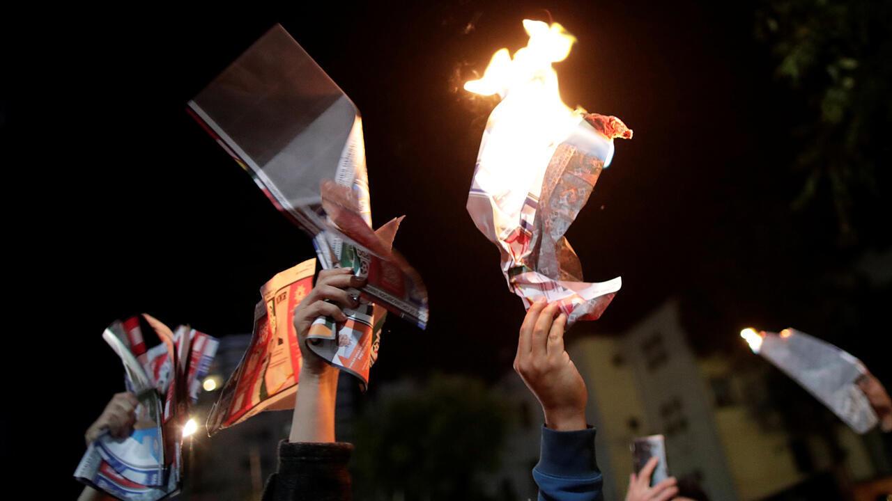 Partidarios del candidato presidencial boliviano Carlos Mesa queman papeletas durante una protesta en La Paz, Bolivia, el 21 de octubre de 2019.